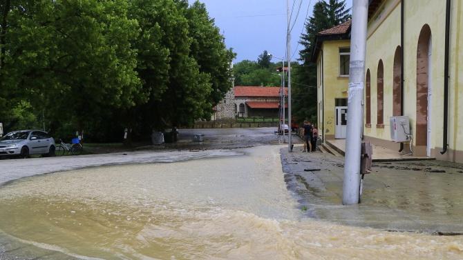 Бедстващи хора няма, наводнени къщи - да. Още е рано