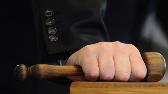 Днес съдът би трябвалода реши дали да остави в ареста