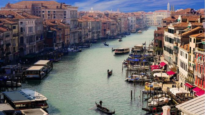 Кметът на Венеция дарява заплатите си от 2015 г. на благотворителни проекти