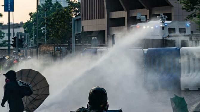 Полицията в Хонконг използва днес водни оръдия, за да разпръсне