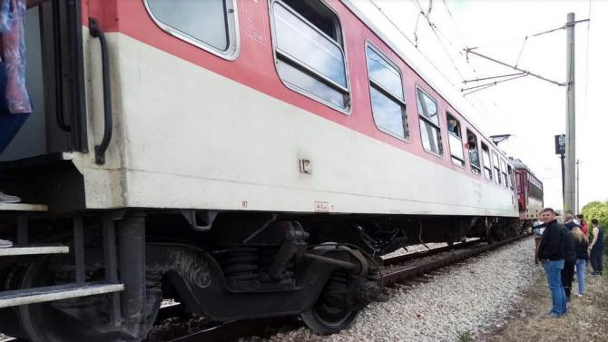 Товарен влак е блъснал лек автомобил на железопътния прелез в
