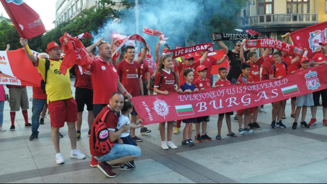 Феновете на Ливърпул в Бургас отпразнуваха шампионската титла с парад