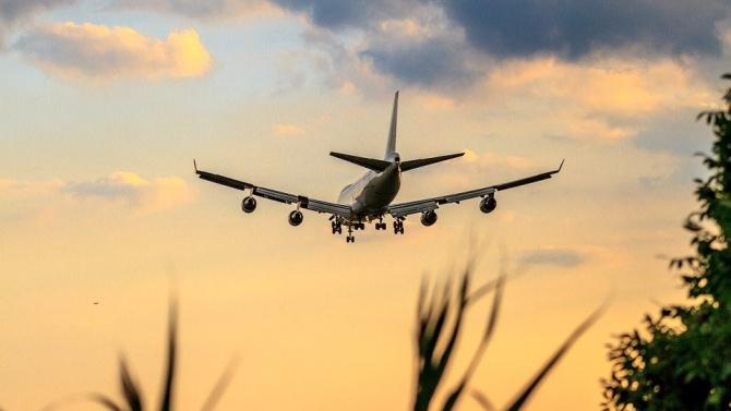 """Самолет на ирландската нискотарифна авиокомпания """"Райънер"""" със 164 души извърши"""