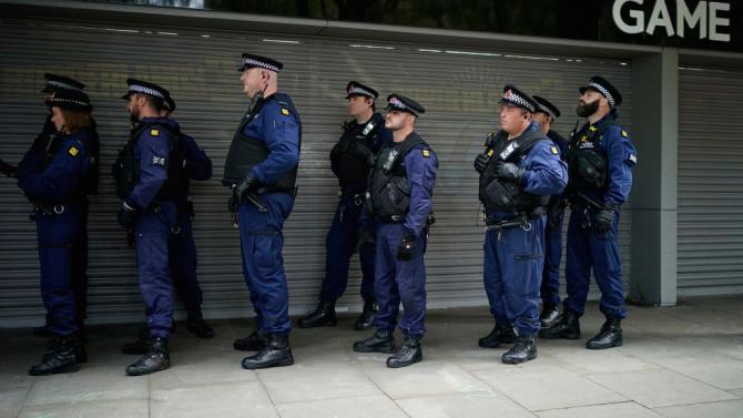 Седем служители на полицията са били ранени, докато са се