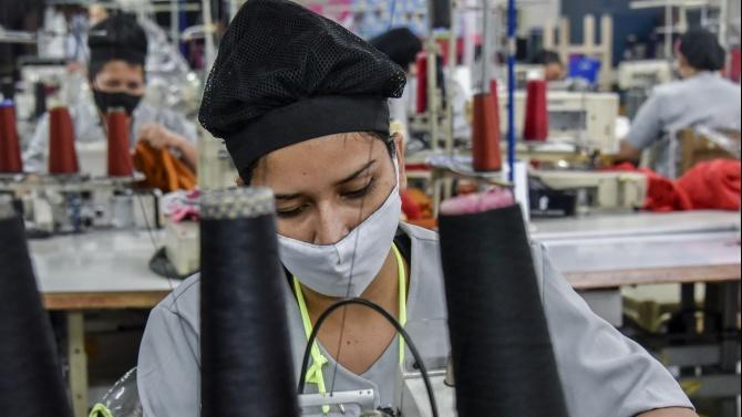 Жена на 38 години, работеща като гладачка в шивашки цех