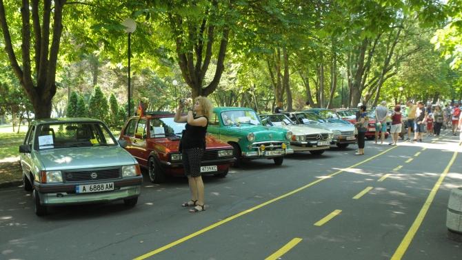Хора с ретро коли подкрепиха летния туризъм