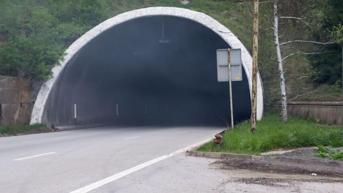 """Ремонтират осветлението в тунел """"Траянови врата"""" в посока Бургас"""