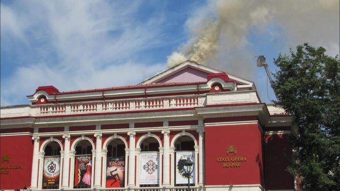 Локализиран е пожарът на покрива на Русенската опера. Гасителните дейности
