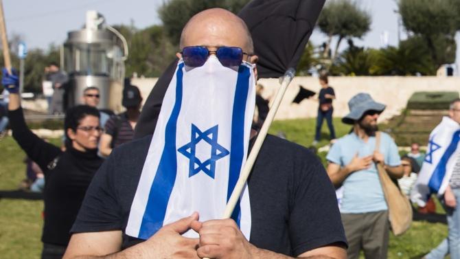 В Израел глобяват хора без маска и на празна улица