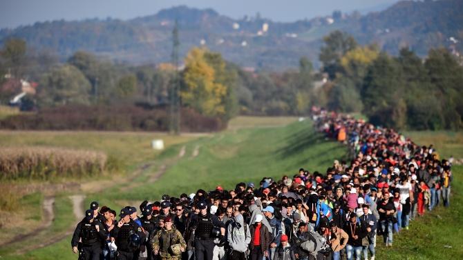 Еврокомисар: ЕС не може да приеме всички бежанци по света