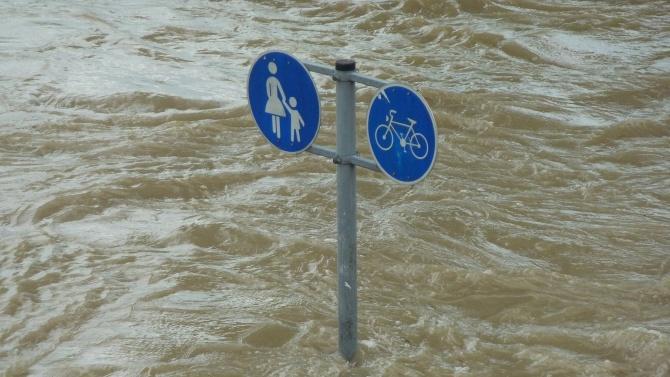 Силен дъжд валя снощи в Добрич. Наводнения бяха улиците. От