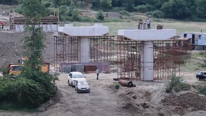 Работата по строителството на моста над река Върбица, който ще