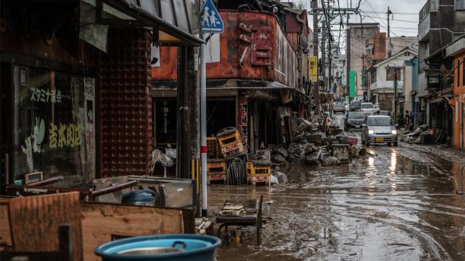 Най-малко 55 души са загинали в предизвиканите от проливните дъждове