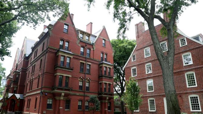 Две американски висши училища - университетът в Харвард и Масачузетският
