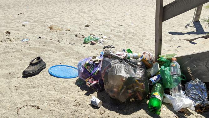 "Купчини боклуци се трупат по плаж ""Фичоза"" под квартал Галата,"