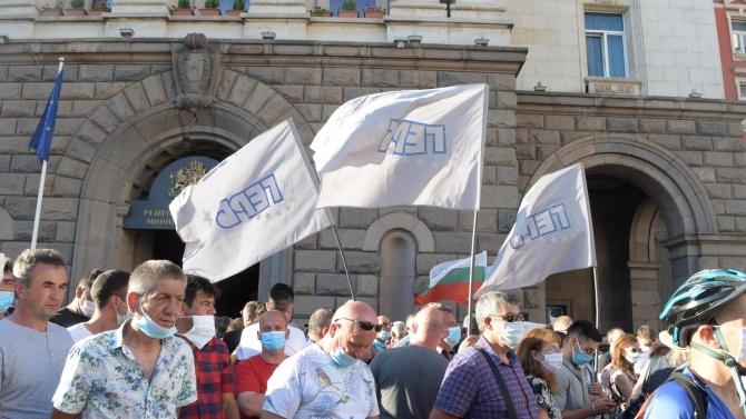 Напрежение: Хора от протеста на Радев потърсиха провокация с привърженици на ГЕРБ