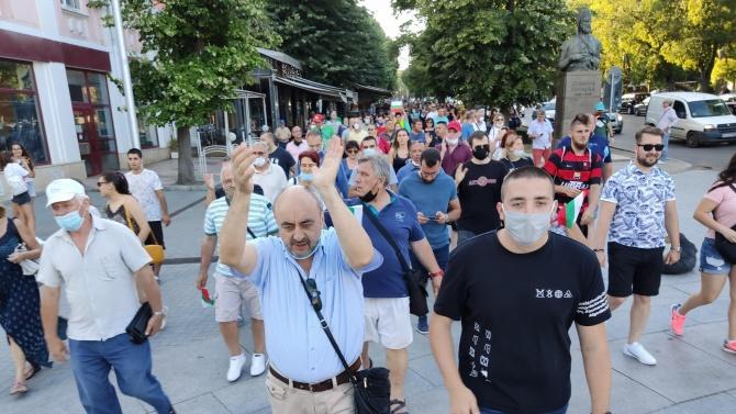 """Протестиращи скандиращи """"Оставка"""" се събраха пред Общината във Варна. Протестът"""