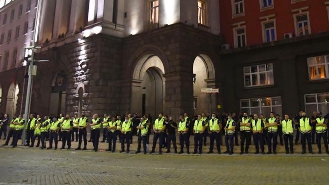 Ескалация пред Министерския съвет! Протестиращи опитаха да пробият полицейския кордон