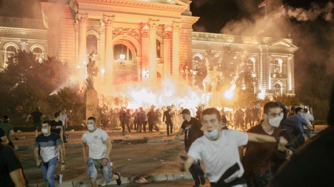 Група буйстващи демонстранти влязоха отново в сблъсъци с полицията пред