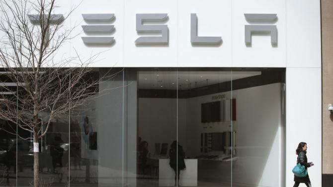 """Американският автомобилопроизводител """"Тесла"""" (Tesla) смята да наеме на работа до"""