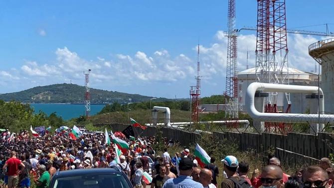 """ДПС посрещна протестиращите """"плажуващи"""" с химна на Република България"""