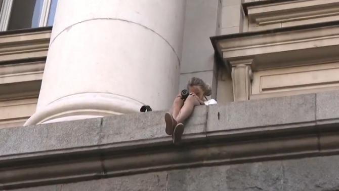 Момиче се качи с голи ръце по сградата на бившия