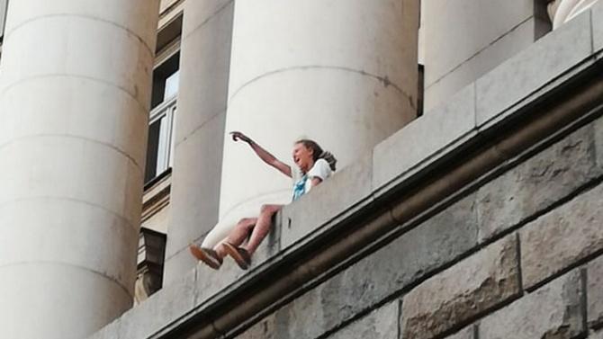 Момиче се качи с голи ръце по сградата на бившия Партиен дом
