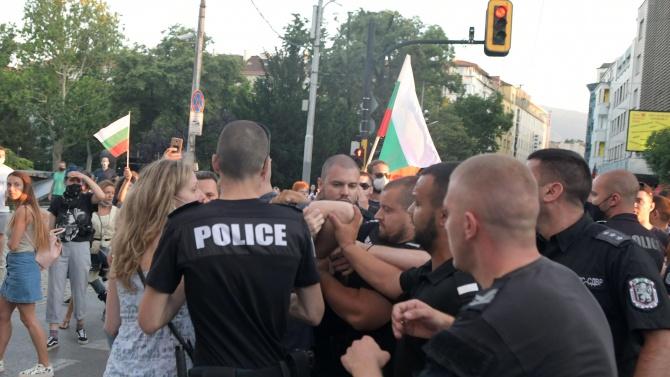 Провокатори хвърлиха бомбичка по полицаи пред Министерски съвет