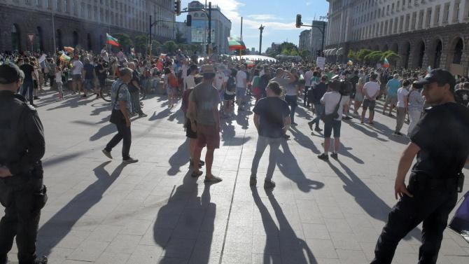 Двама полицаи са леко пострадали след протестите в събота