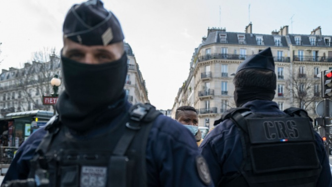 Мъж размаха брадва срещу полицаи