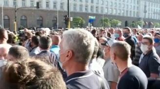 НА ЖИВО: Привърженици на ГЕРБ и правителството изпълниха центъра на София