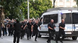 МВР показа кадри с агресия от протестиращите към полицаи