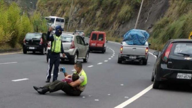 Полицай, който е седнал по средата на пътя и показва