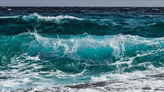 Вълните на морето ще са три бала утре - опасно за плуване