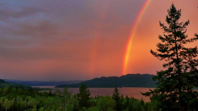 Червена дъга беше заснета във Финландия. Рибар видял явлението над