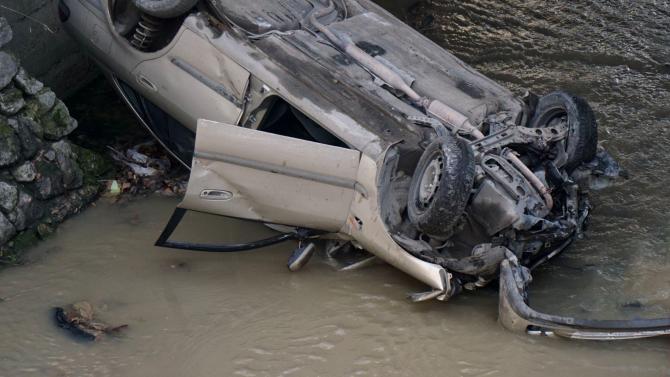 19-годишен шофьор преобърна колата си в отводнителен канал