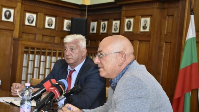 Министърътна околната среда и водите Емил ДимитровЕмил Димитров е роден