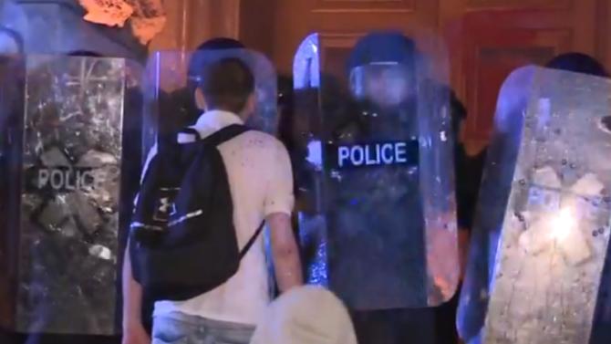 Рязка ескалация на напрежението на протеста пред Министерски съвет, сблъсъци с полицията