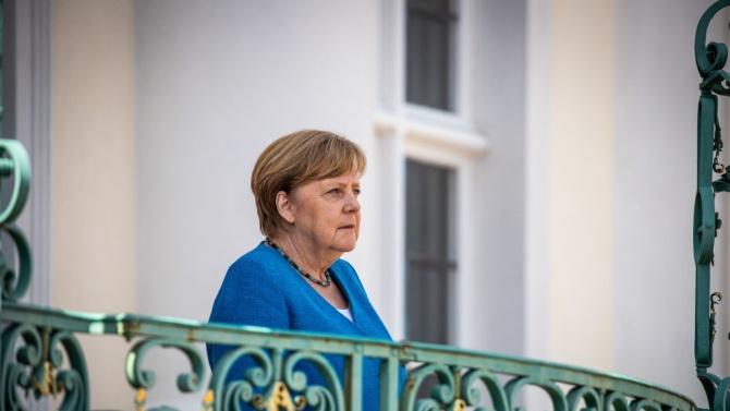 Меркел извежда на сцената своя потенциален приемник