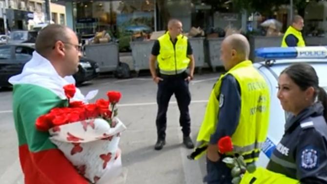 Протестиращи раздаваха рози и вода на полицаи