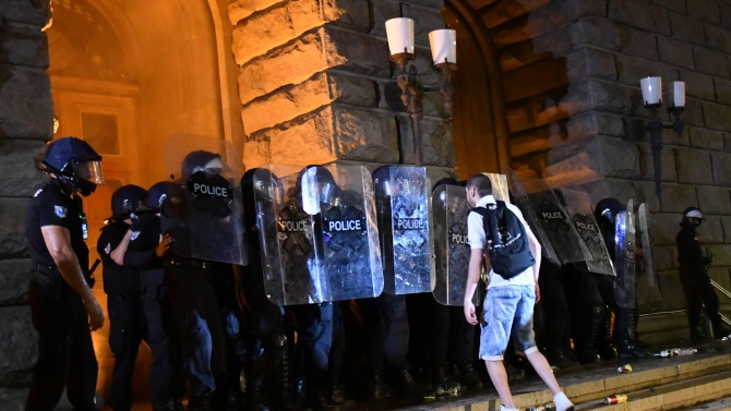 Двама от полицаите, които охраняват протестите, пострадаха при опита за