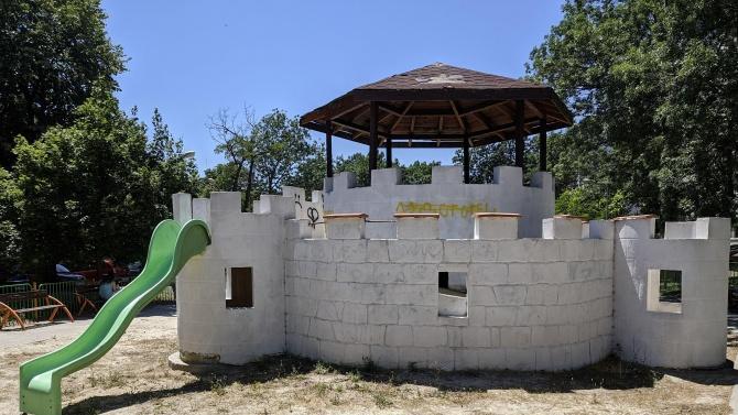 """Атракционен замък на детската площадка на ул. """"Цар Асен I-ви"""""""