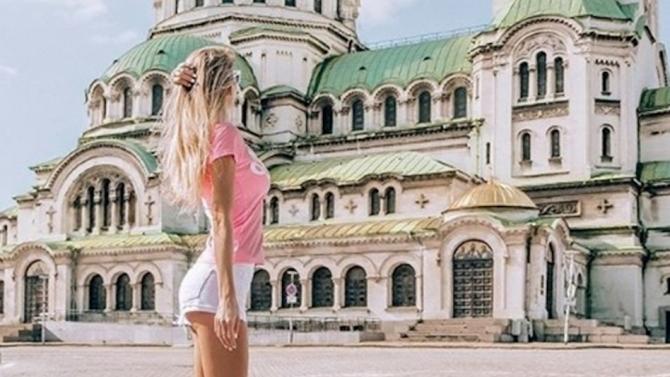 Атрактивна хубавица рекламира София. Популярната блогърка Никол Мърси щракна прелестите