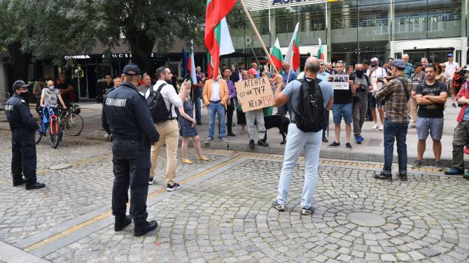 Протестиращи граждани се събраха пред сградата на БНТ с искане