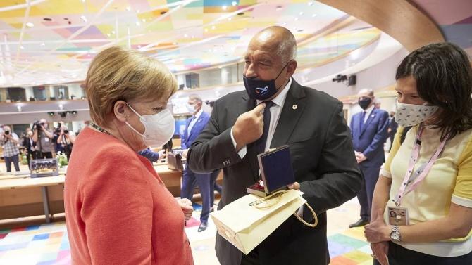 Борисов подари на Меркел  сребърна бъклица с розово масло, канцлерката празнува 66 г.