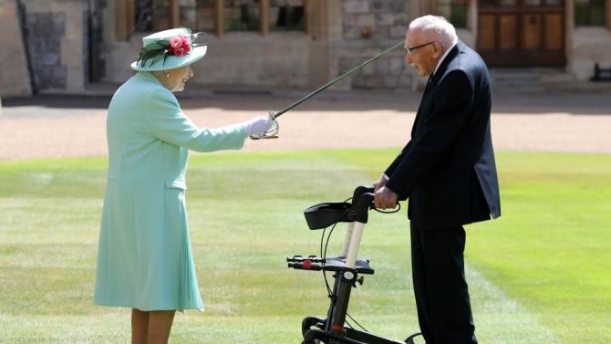 Кралица Елизабет II даде рицарско звание на капитан Том Мур
