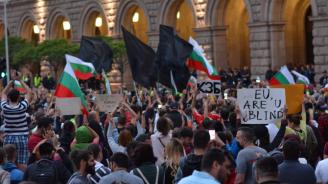 Младежи с черни качулки запалиха факли на протеста пред Министерски съвет