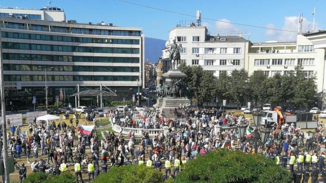 Засилено полицейско присъствие пред парламента заради очакван протест
