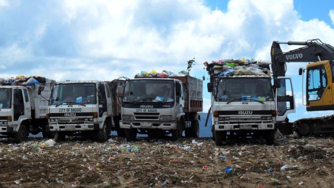"""Осем самосвала с отпадъци са изхвърлени от нерегламентирано сметище в """"Красно село"""" в столицата"""