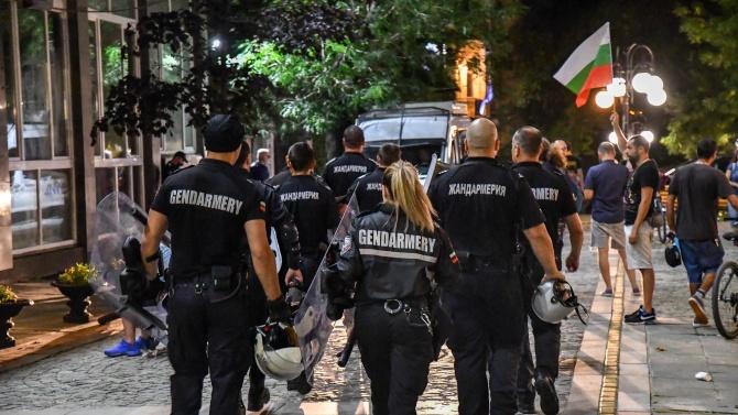 Полицейски служители не допуснаха ескалация на напрежение пред БНТ